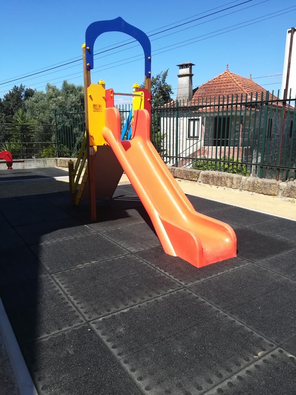 Junta de Freguesia instala parque infantil na escola primária